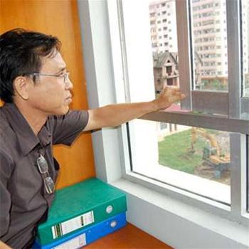 Chỉ cần nhấc nhẹ, cánh cửa sổ cũng có thể rơi ra