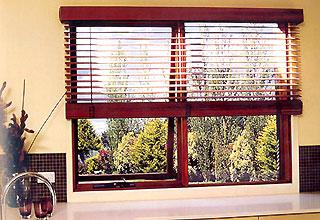 Dùng rèm cho cửa sổ là một giải pháp phù hợp.