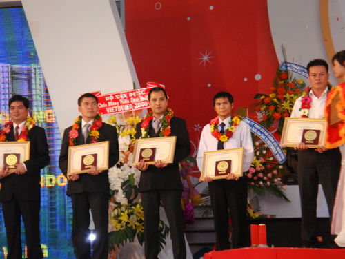 Nhận cúp và giải thưởng trao cho cửa nhựa Life Window tại hội chợ Vietbuild 2009